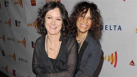 linda perry on the talk sara gilbert linda perry tie the knot entertainment