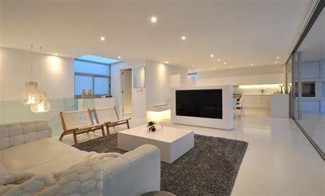 Maison contemporaine blanche avec un intérieur design