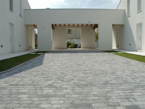 pavimentazione cortili esterni pietre artificiali e rivestimenti effetto pietra cosa