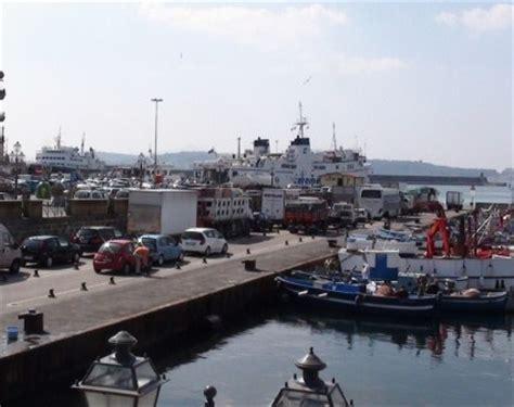 capitaneria di porto di pozzuoli giovane di bacoli tenta il suicidio al porto di pozzuoli