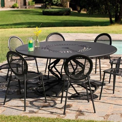 table de jardin en acier table de jardin ronde minuetto d 180 cm en acier vernis coloris fer ancien emu plantes et