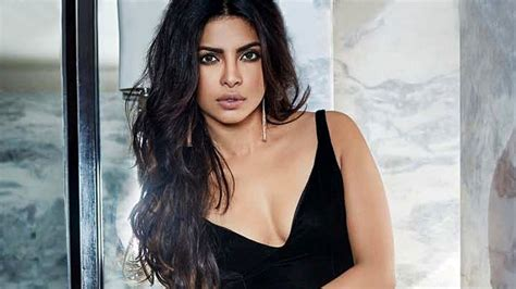 priyanka chopra dance in awards latest photos trending bollywood and hollywood celebrity