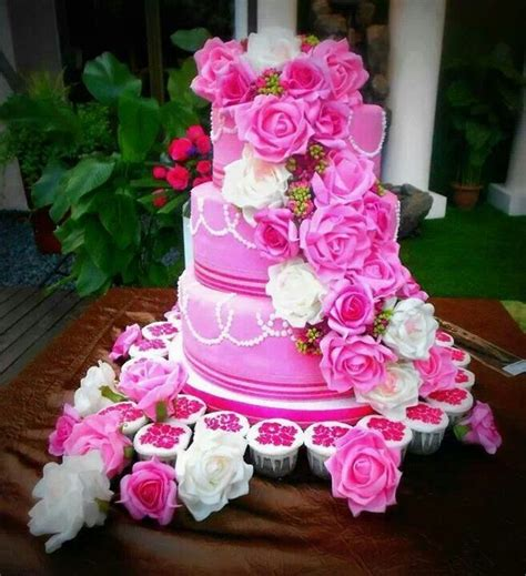 flowers for wedding cakes real wedding cake with real flowers flowers