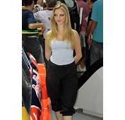 صور فتيات برازيليات جميلات اغراء و اثارة في معرض للسيارات