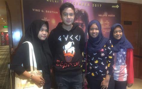 Film Posesif Di Bekasi   umay hebohkan penonton film chrisye di bekasi okezone