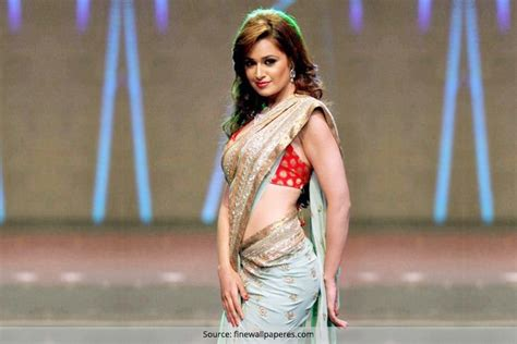 tight saree draping problem every girl wearing a saree faces