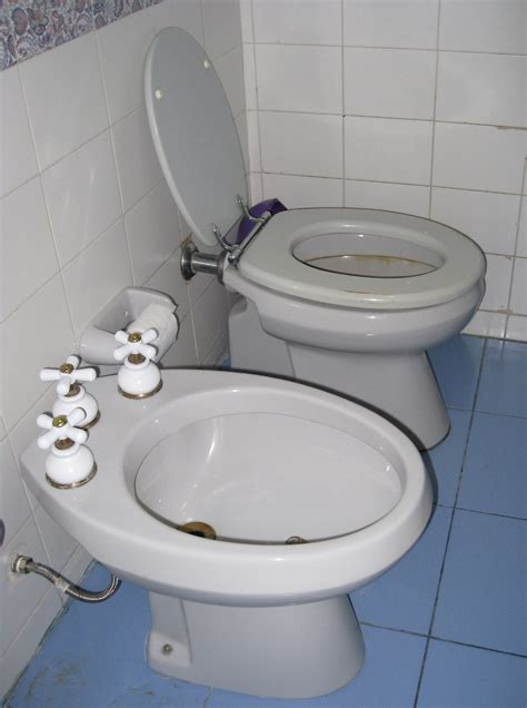 European Toilets That Spray Water File Bidet Side Jpg Wikimedia Commons