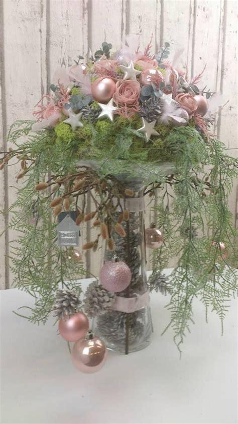 fertige ein weihnachtsgesteck auf einer vase  und