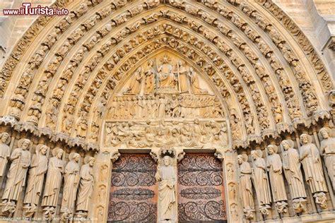 notre dame ingresso il portale di ingresso alla cattedrale di notre foto
