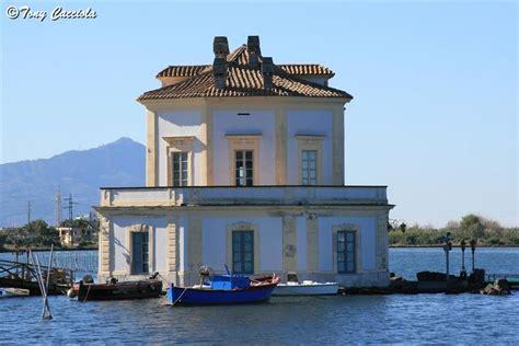 fata della casa la casa della fatina di pinocchio sul lago foto immagini
