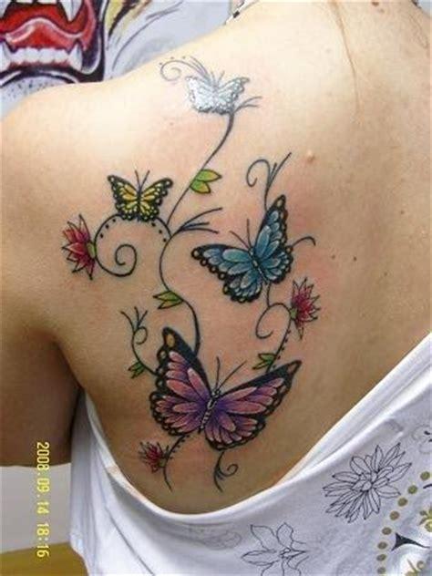 tatuagem de borboletas com ramo de flores fotos tatuagem