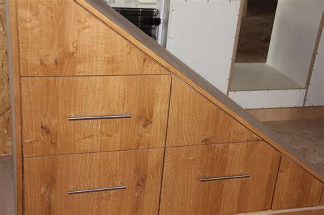 schrank treppe garderobe unter treppe stauraum unter der treppe nutzen