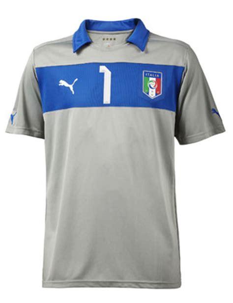 maglia portiere nazionale italiana gianluigi buffon presenta il kit da gioco per la