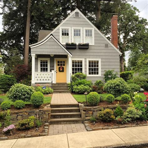 Paint Colors For Cottage Style Homes by 25 Best Ideas About Cottage Exterior On