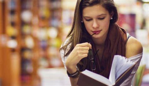 imagenes mujeres leyendo consejos para no distraerte en clases