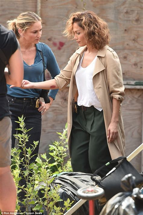 Aufnäher Top Gun Set by Jennifer Lopez Looks Glam As She Fights Crime On The