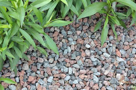 gartenbeet mit steinen