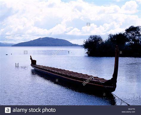 canoes nz maori carving canoe stock photos maori carving canoe