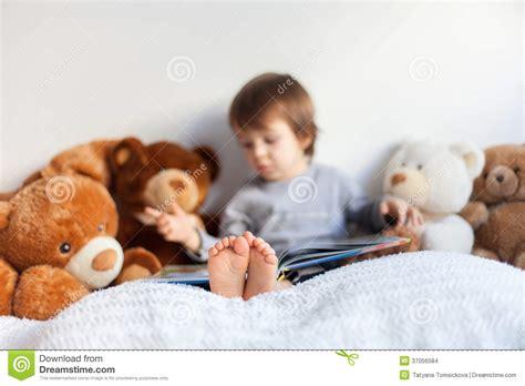 libro montaas en la cama ni 241 o peque 241 o sent 225 ndose en la cama leyendo un libro foto de archivo imagen 37056584
