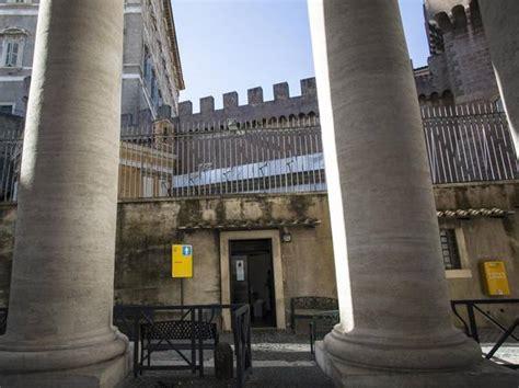 ingresso san pietro san pietro un ambulatorio per i poveri sotto il colonnato