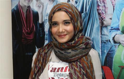 video tutorial hijab ala zaskia sungkar intip tutorial floral hijab zaskia sungkar dream co id