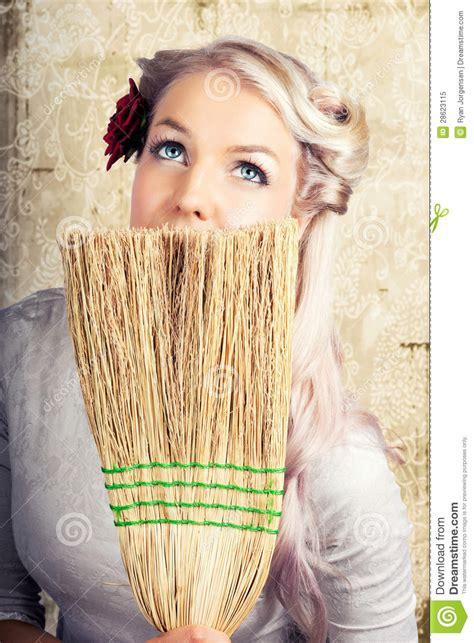 femme au foyer ã es 50 femme au foyer d 233 es 50 r 234 vassant tout en nettoyant