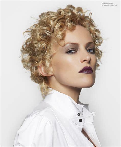 short haircuts with perms for ladies in their 80s kapsel met krullen gemaakt met een permanent en
