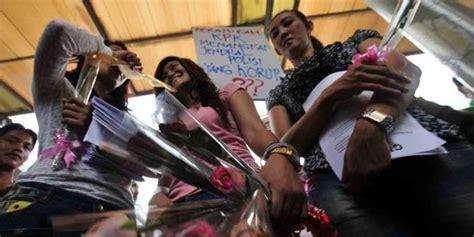 Kaos Anti Gendut pakai rok mini wanita demo kpk merdeka