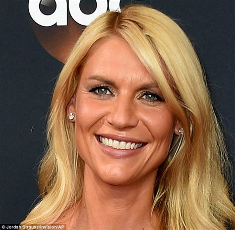 claire danes wins emmy claire danes suffers fake tanning fail on the emmys red