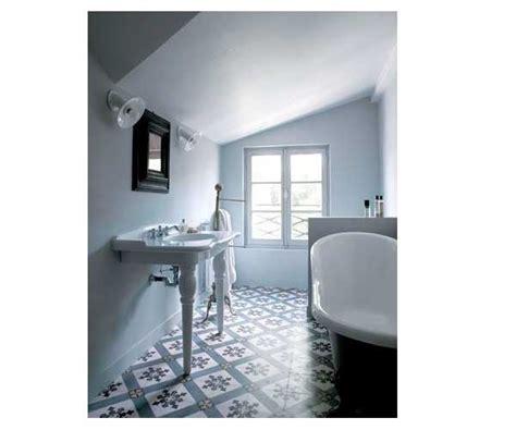 Délicieux Salle De Bain Italienne Design #4: carreaux-de-ciment-bleu-et-blancs-pour-la-salle-de-bain-sous-toit.jpg