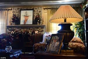 south fork ranch larry hagman death tourists flock to pay tribute to dead dallas star at southfork ranch daily