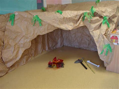 Como Hacer Una Decoracion De La Cueva De Batman En Reciclaje | la ventana de mi clase cueva prehist 211 rica
