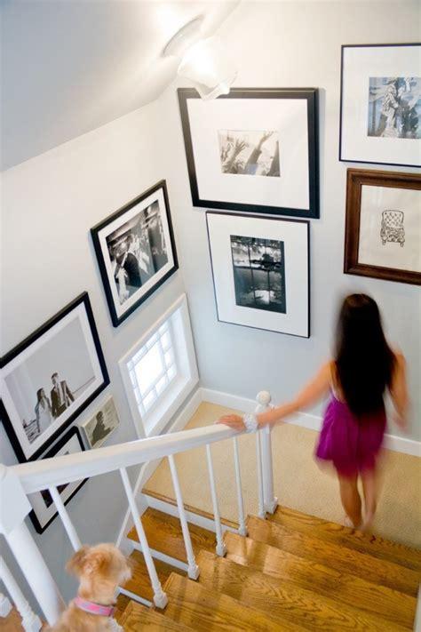 Supérieur Deco Mur De Cuisine #2: Mur-en-cadres-photos-noir-et-blanc-deco-montee-escalier-en-bois-balustrade-bois-peint-en-blanc.jpg
