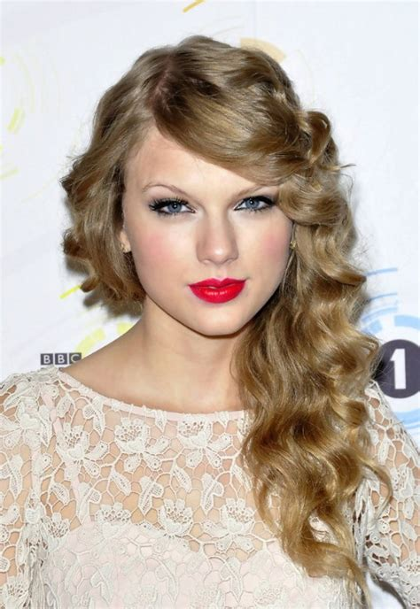 taylor swift hairstyles for curly hair taylor swift long curly hairstyle with side swept bangs