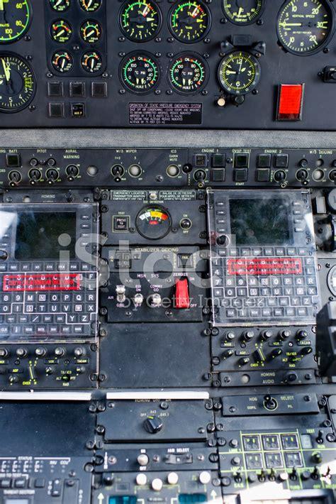 cabina di pilotaggio di un aereo cabina di pilotaggio di un elicottero militare fotografie