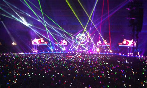 coldplay lights coldplay out led light up bracelets to their entire audience on their mylo xyloto tour