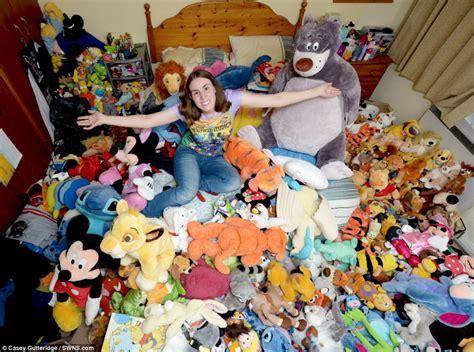 Boneka Tsum Tsum Donald Duck wanita ini tidur bersama 400 boneka disney