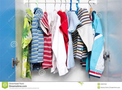 garde robe enfant v 234 tements d enfants dans la garde robe image stock image