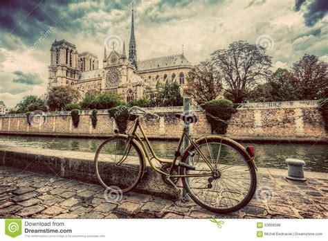 retro photos retro fiets naast notre dame cathedral in parijs