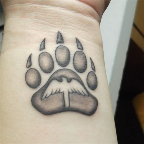 tattoo pictures bear paws my other tattoo bear paw with a bird in the middle