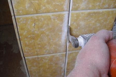 Badezimmer Fliesen Kaputt by Besch 228 Digte Fliesen Reparieren Und Auswechseln Fliesen