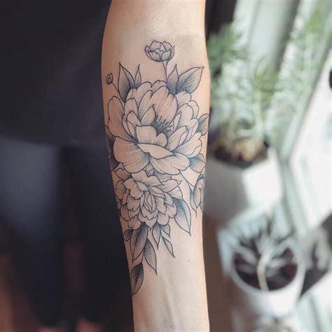 tatuaggi dei fiori tatuaggi monocromatici catturano la bellezza delicata dei