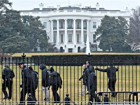 white house lockdown white house on lockdown man approached secret service with suspicious package breitbart