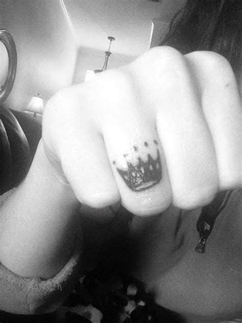 crown finger tattoo finger crown tattoos fingers