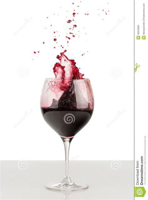 sta su bicchieri spruzzata di vino rosso in un bicchiere di vino