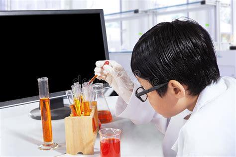 esperimenti di chimica in casa lo scienziato fa la reazione prodotto chimico immagine