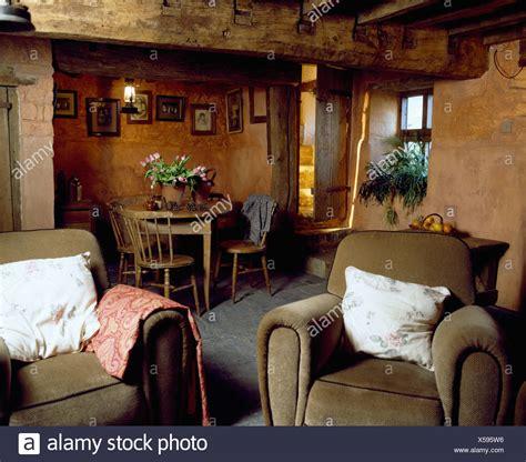 parete colorata soggiorno poltrone di velluto in cottage soggiorno e sala da
