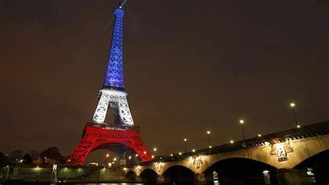 torre eiffel illuminata natale parigi la torre eiffel s illumina ancora contro la notte