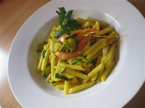 alimenti proteici con pochi grassi ricetta pasta zucchine e mazzancolle light calorie e