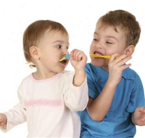 wann verlieren kinder milchzähne baby z 228 hne putzen wichtige praktische tipps f 252 r junge eltern